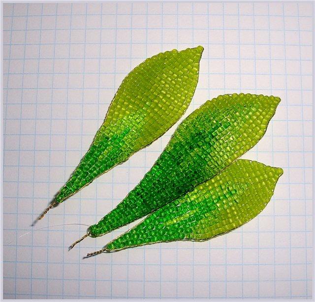 Ручным ткачеством, по проволоке 0.4мм, золотого цвета, шьём листики разного размера, коротко обрезаем скрученные...