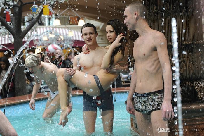 девушки голые в фонтанах