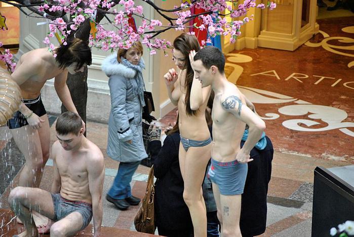 Купание голышом в фонтане или акция Партии любви в ГУМе. Фотог