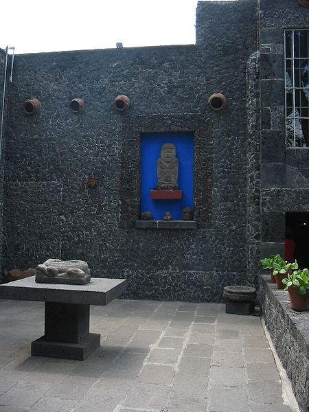 Деталь патио во дворе Fridas Casa Azul (450x600, 58Kb)