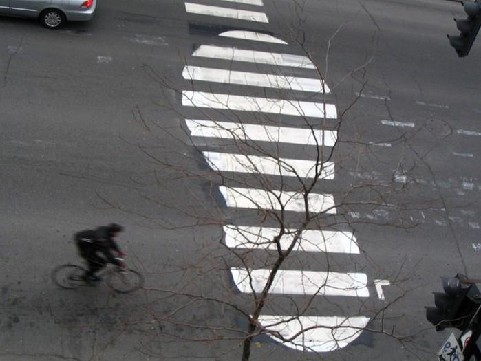 Граффити стрит-арт художника Roadsworth 56 (700x525, 81Kb)