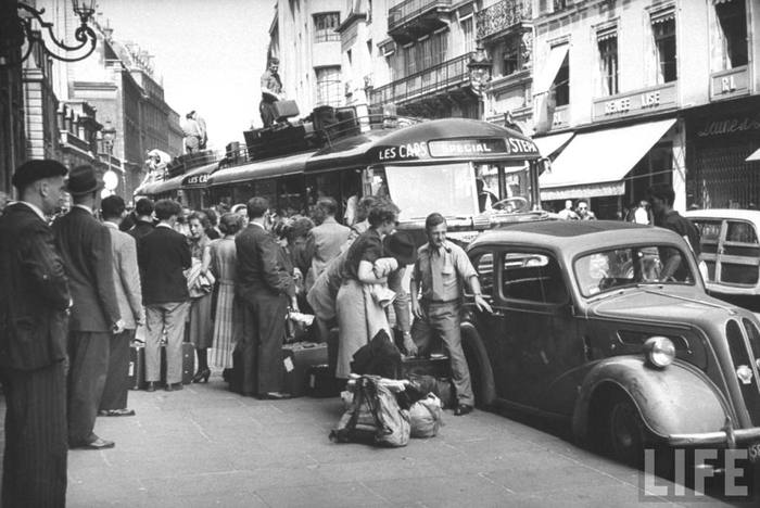 09a August 1953 Paris Travellers waiting for a special bus during a strike (700x468, 55Kb)