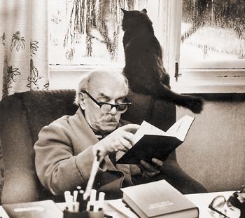 Давид Самойлов с котом Максом у себя дома в Пярну. (350x311, 128Kb)