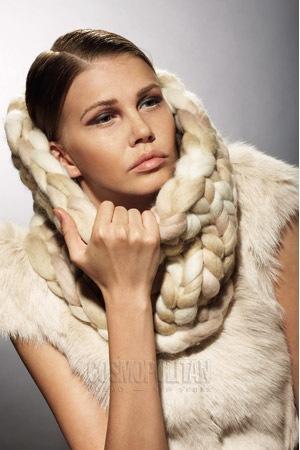 Также длинный шарф можно