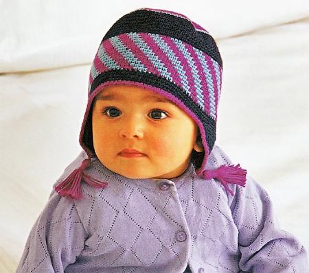 Детская шапка с ушками связана крючком.  Такая шапочка отлично защитит головку малыша в прохладную погоду.