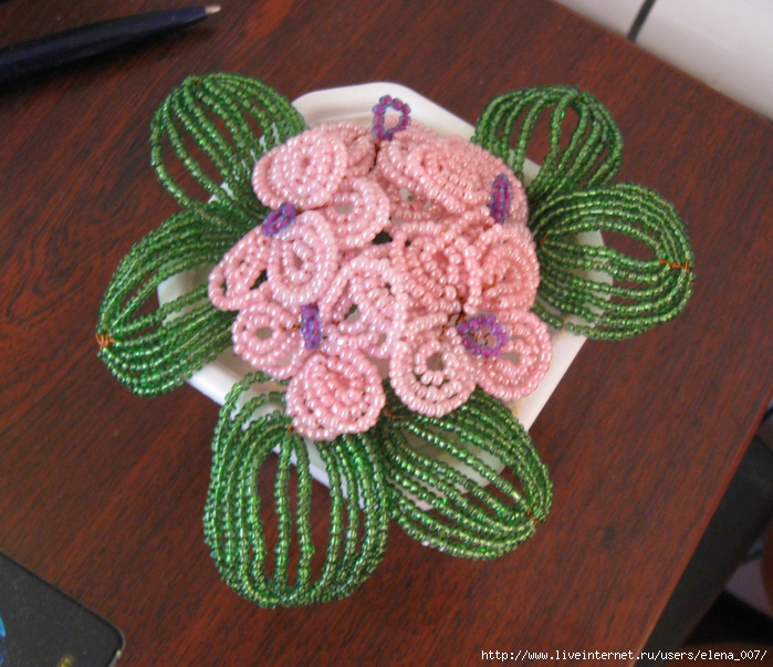 Фиалка из бисера французским плетением.