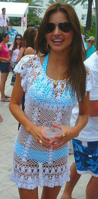 Также популярными будут пляжные платья нежных ... кружева и рюши.