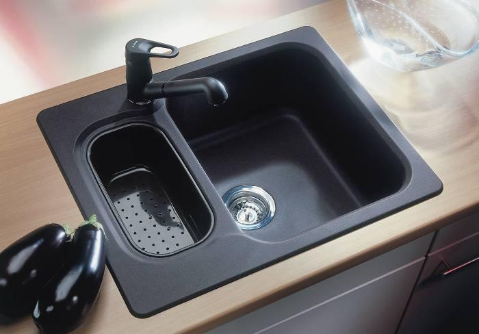 Установка кухонной мойки. из современных композитных материалов имеет...