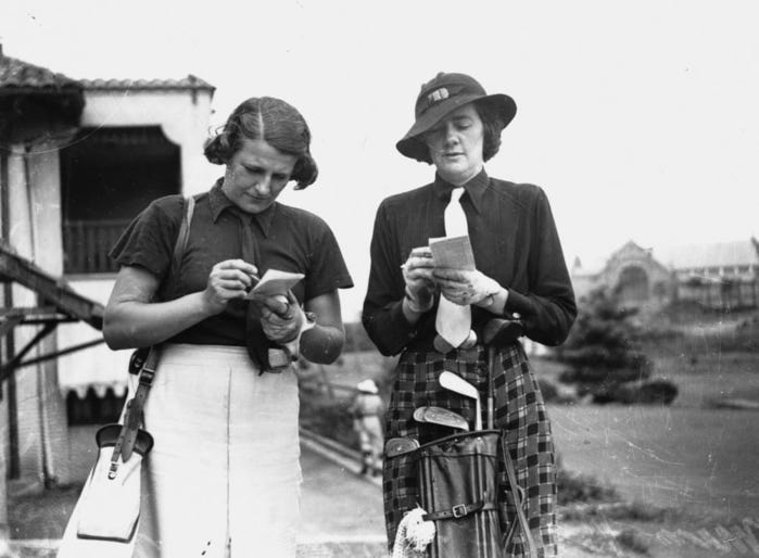 928775_StateLibQld_1_126091_Women_golfers_add_up_their_score_cards_1938 (700x514, 40Kb)