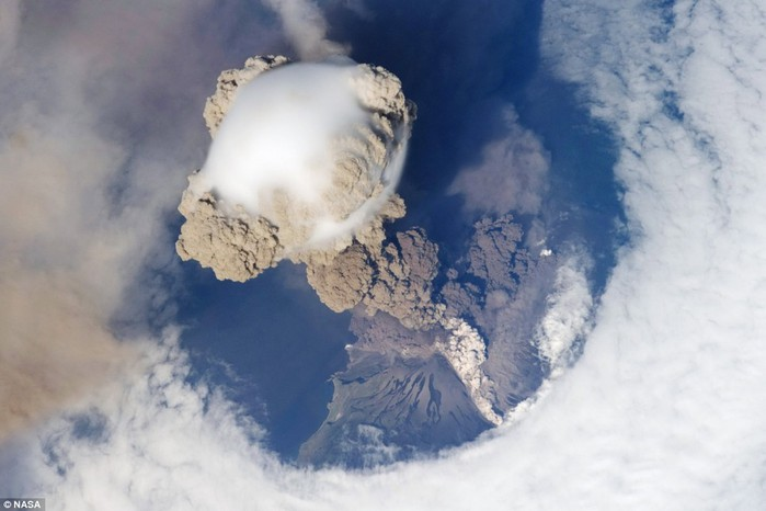sarychev-peak-volcano-eruption-photographed-from-the-international-space-station (700x466, 61Kb)