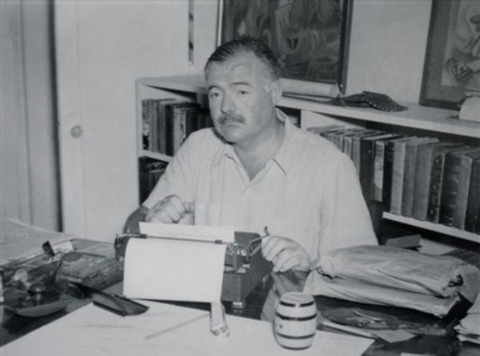 2311666_ernesthemingwayappearssittinginfrontofhistypewritercubainthelate1940s (700x520, 60Kb)