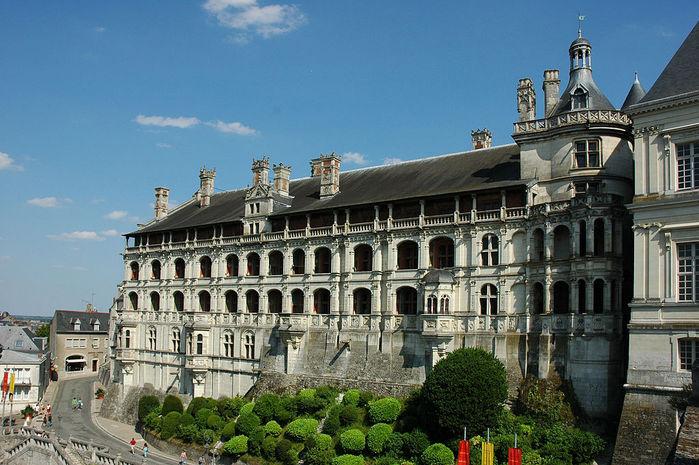 1024px-France_Loir-et-Cher_Blois_Chateau_Facade_des_loges_02 (700x465, 96Kb)