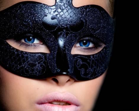фото красивых брюнеток в маске