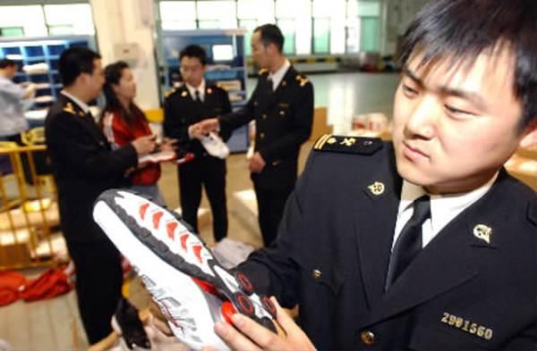 Проверка обуви и ремней в аэропорту