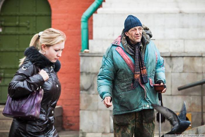 Хватит подавать! 28 фотографий попрошаек из Москвы (цитата)