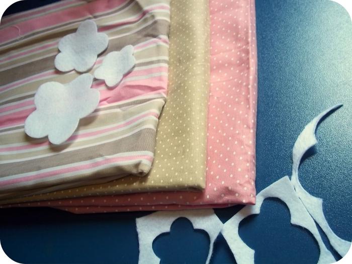 Приложить к полоскам ткани для цветов.