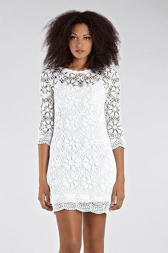 Белое платья с мотивами на крючке