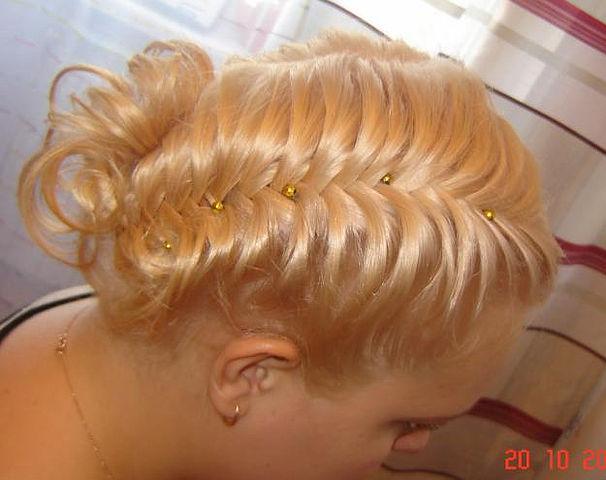 Всевозможные плетения на волосах снова в моде, и это неудивительно: прически с косами молодят и придают свежести.
