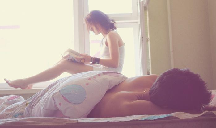 Спящей девушке пристал парень 16 фотография