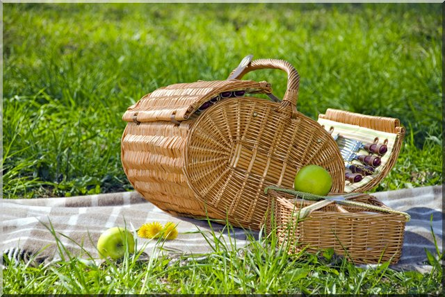 pretty-picnic-basket-summer-inspiration-woven-vintage-decor-straw-detailing-fun (640x428, 96Kb)