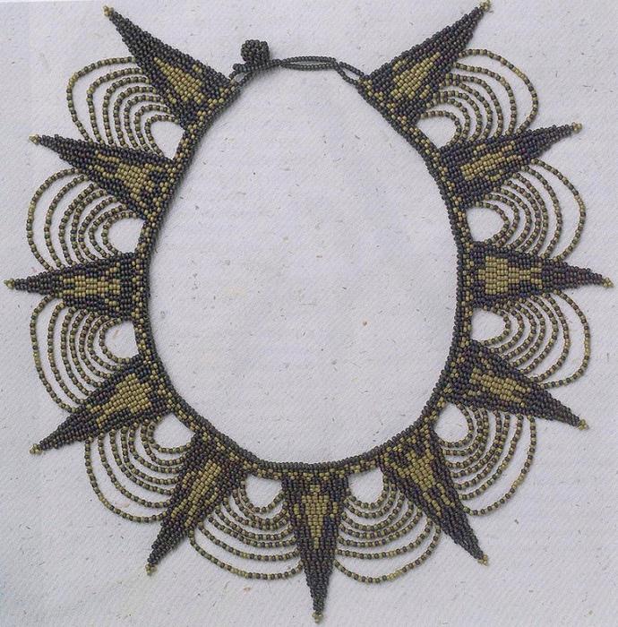 Оно состоит из одиннадцати треугольников, соединенных между собой базовым рядом, и фестонов из бисерных нитей.