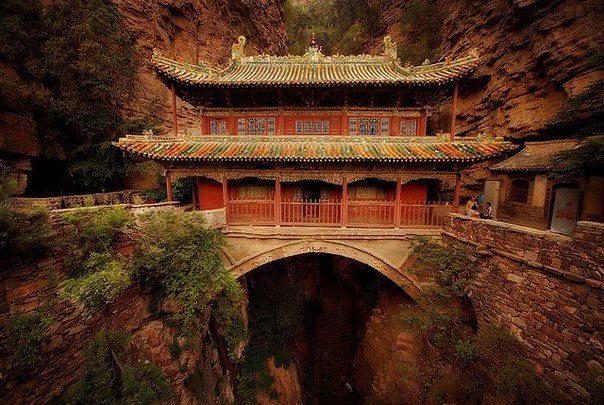 Висячий дворец в ущелье недалеко от Шицзячжуан - город на краю Великой Китайской равнины в 320 км от Пекина (604x405, 87Kb)