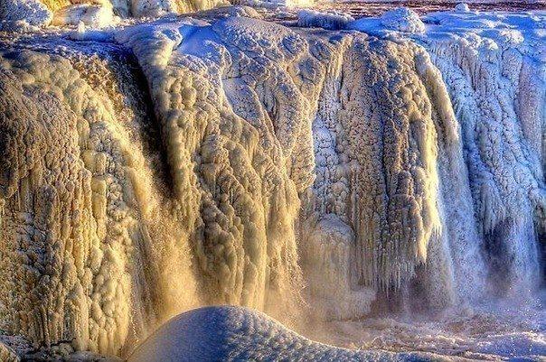 Замёрзший водопад Ридо, в канадской Оттаве (604x401, 98Kb)