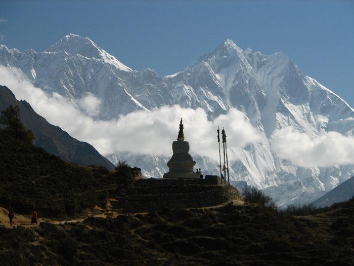 nepal_-_sagamartha_trek_-_057_-_chorten_silhouetted_by_lhotse__everest (700x525, 89Kb)
