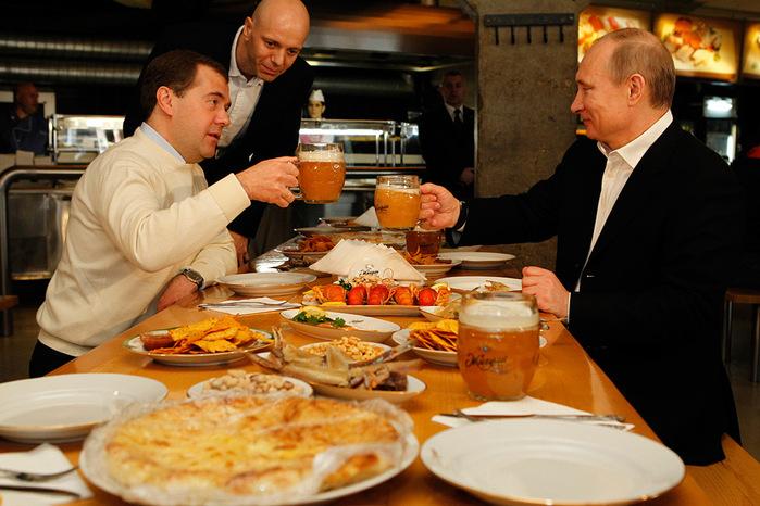 Медведев и Путин в пивном баре Жигули (700x466, 139Kb)