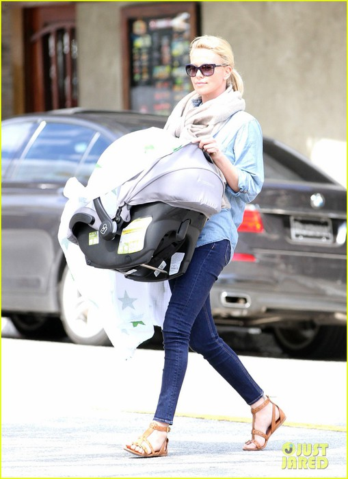 charlize-theron-little-doms-lunch-with-baby-jackson-05 (509x700, 78Kb)