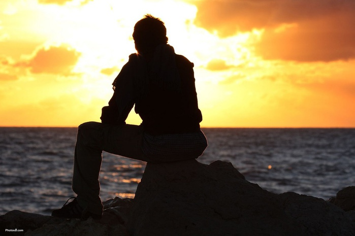 3649429_76101599_large_man_sitting_and_watching_sunsetother (700x465, 60Kb)