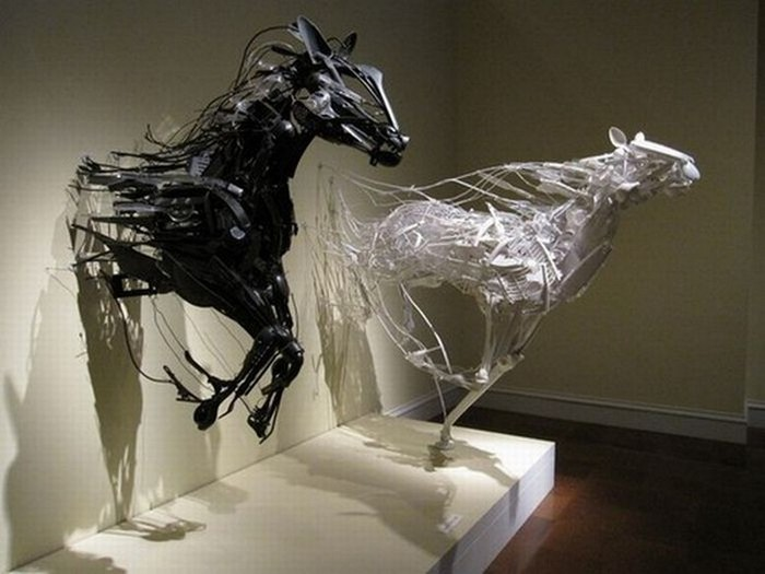 Красивые скульптуры из мусора 46 (700x525, 67Kb)