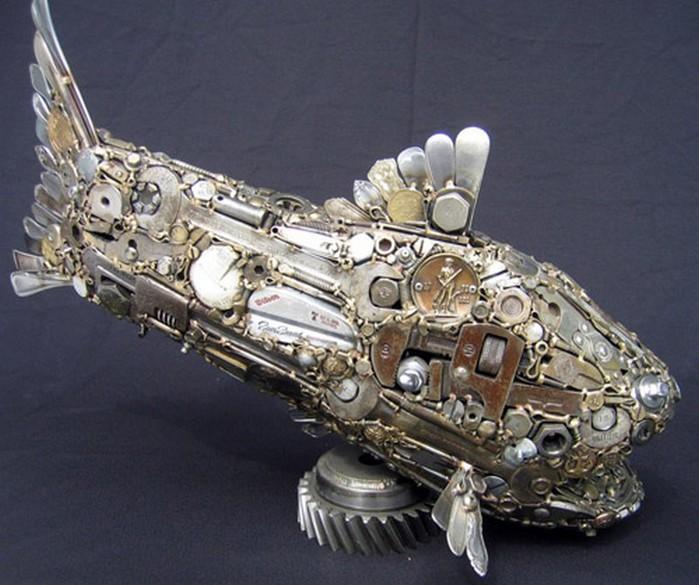 Красивые скульптуры из мусора 60 (700x585, 100Kb)