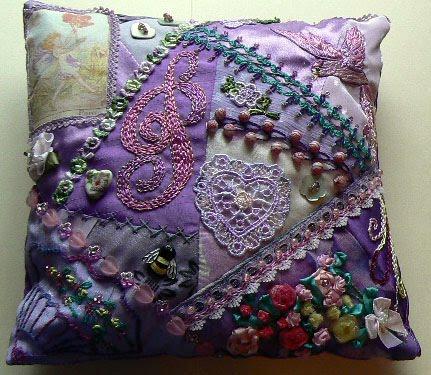 美丽的错落有致刺绣抱枕图片