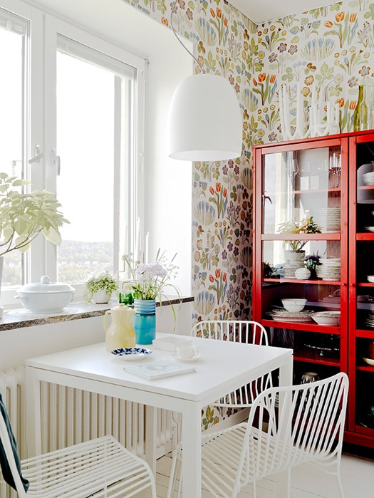 floral-wallpaper-in-kitchen (525x699, 123Kb)