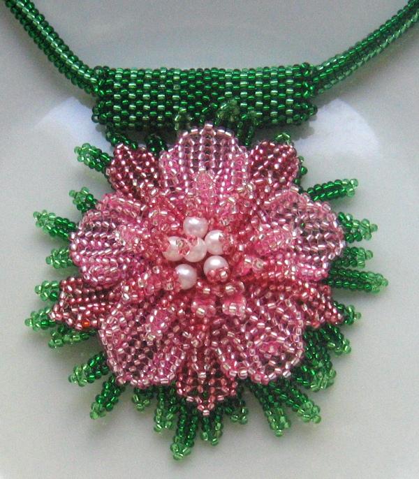 Кулон-цветок из бисера