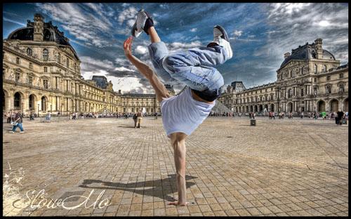 Мужской шаблон для фотошопа - Брейкдансер в белой футболке и стильных джинсах стоит на одной руке на фоне Лувра/1336926950_PSDCostume_BreackDancer_3 (500x312, 84Kb)