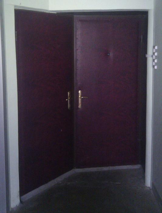 Почему эти двери так стоят?