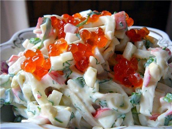 Салат из кальмаров с листьями салата.  Вкусные салаты с...