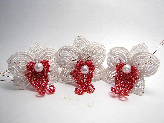 Используя метод французского плетения, сделаем орхидею из бисера. .  Вся схема плетения орхидеи из бисера изображена...