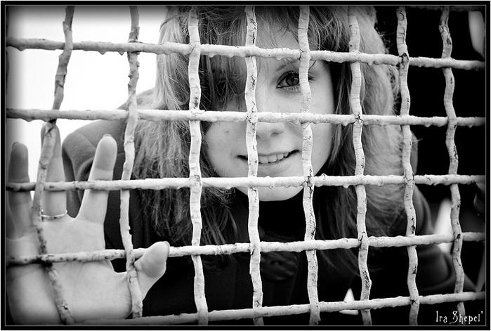 behind_bars_girl (700x471, 113Kb)