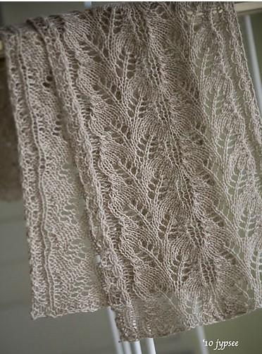 Широкий ажурный женский шарф