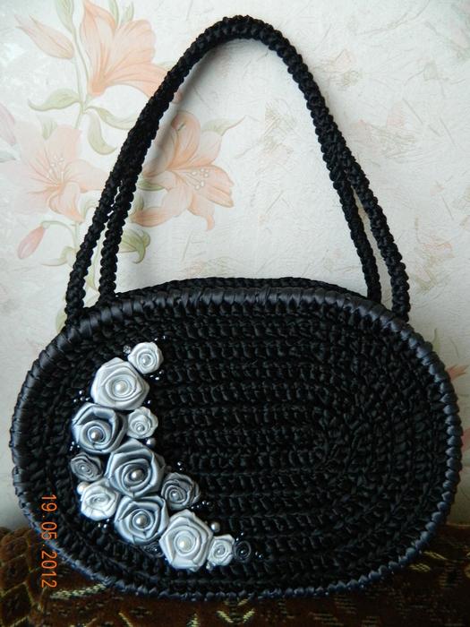Авторская сумочка из атласных лент, связана крючком, украшена бисером.