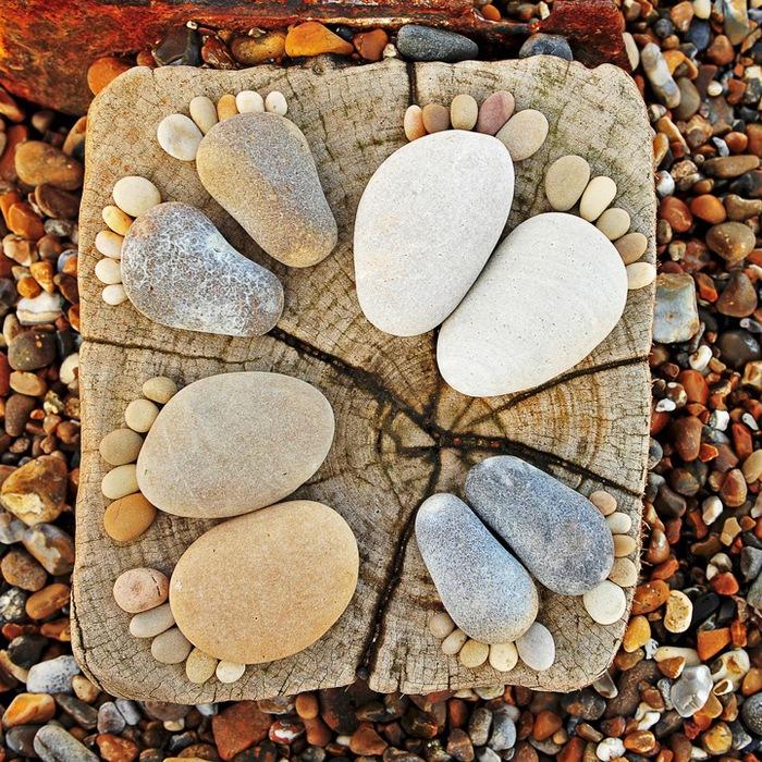 ...(Iain Blake) содержит как человеческие, так и следы животных, сделанные из камней различных размеров и форм.