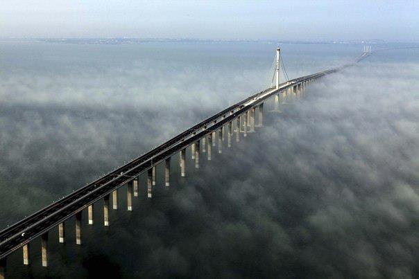На фото - самый длинный мост в мире – китайцы побили собственный рекорд. Jiaozhou Bay Bridge протянулся на 41,6 км и обошелся строителям в 2,3 млрд. долларов (604x403, 26Kb)