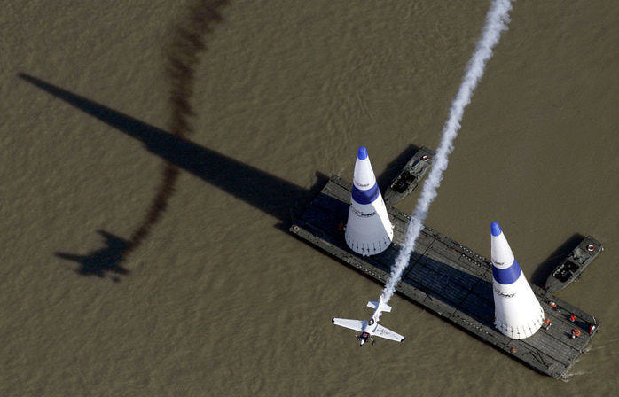 Red Bull Air Race – это гонки1 (700x448, 78Kb)