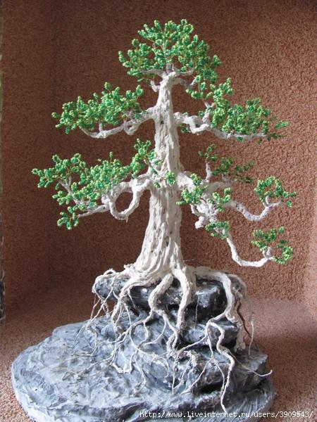нанесение раствора на основу-скалу дерева из бисера.