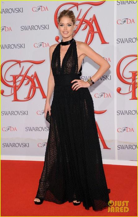 karolina-kurkova-candice-swanepoel-cfda-fashion-awards-2012-03 (445x700, 86Kb)