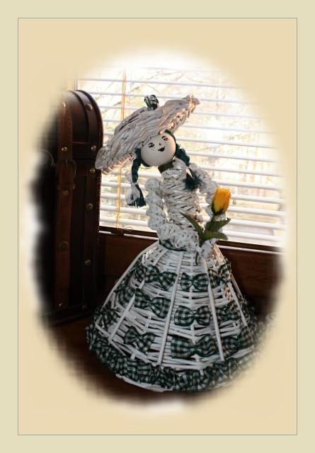Кукла из газетных трубочек (8)