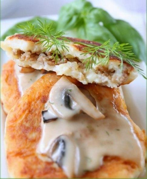 Оладьи картофельные с начинкой под грибным соусом